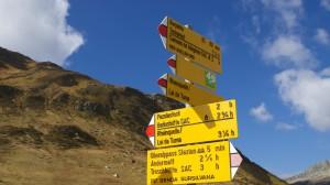 Wegweiser am Oberalppass für die Wanderung zu den Quellen