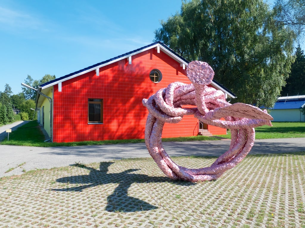 eine Skulptur von John Chamberlain steht vor einer Museumshalle