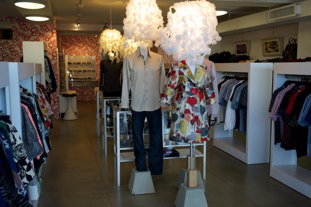 Eine chice Boutique mit Mode aus New York und Los Angeles
