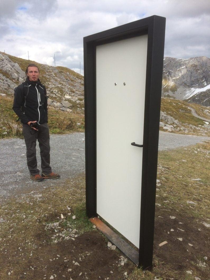 Rüfikopf - Daniel Kocher mit der Tür von Gottfried Bechtold