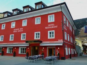 Die markante Fassade des Hotels Grauer Bär in Innichen ist nicht zu übersehen