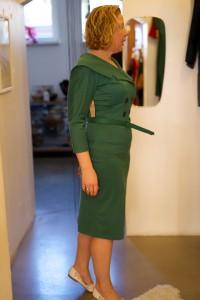 Anprobe mit einem Kleid von Bettie Page