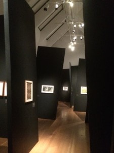 """ungewöhnliche Ausstellungsarchitektur für """"Kunst für alle""""."""