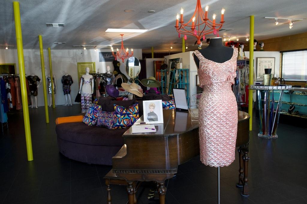 Sehr viel Glamour liegt in der Boutique von Robert Black, man könnte jedes Kleid anziehen.