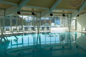der chice und weitläufige Pool des Hotels Urthaler