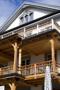 Die schönen Holzterrassen des Hotel Aldier.