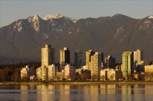 Vancouver begeistert mit seiner Skyline Meer und Berge.
