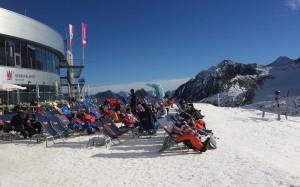 Sonnenbaden vor der Bergstation Eisgrat auf dem Stubaier Gletscher