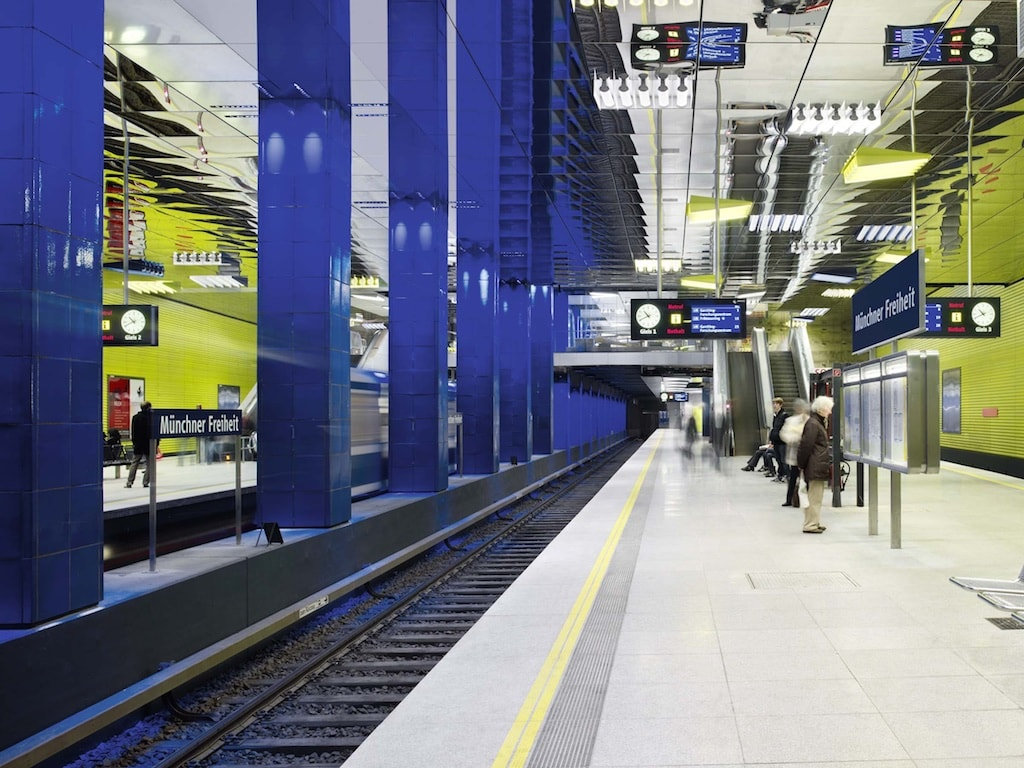 Diese U-Bahnstation wurde 2010 nach einem Konzept von Ingo Maurer ausgeleuchtet.