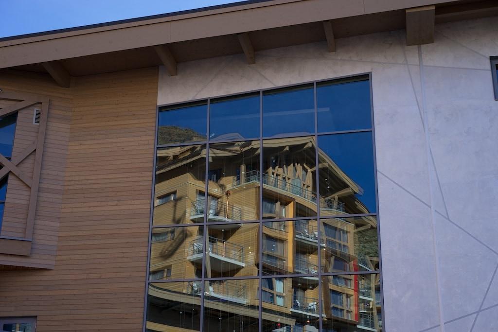 Spiegelung der Gebäude von Club Med