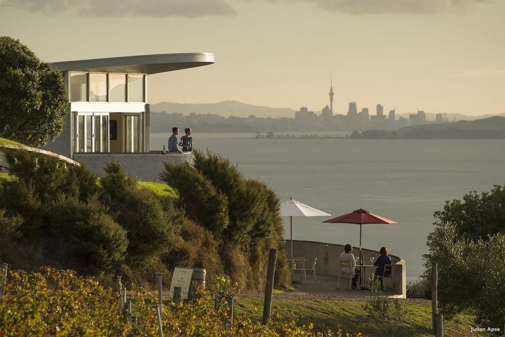 Herrlicher Blick auf Auckland im frühen Abendlicht - Weingut Te Hau