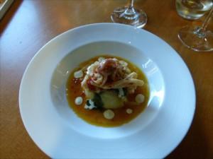 Tintenfisch auf Kartoffeln - ein lokales Gericht im Driftwood Café