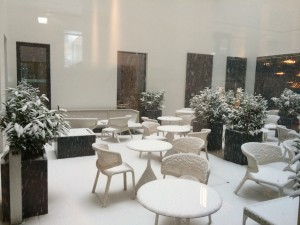 Schnee im Februar im Patio des Motel One