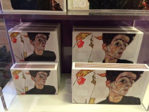 Auch die Zündholzschachtel ziert ein Porträt von Egon Schiele