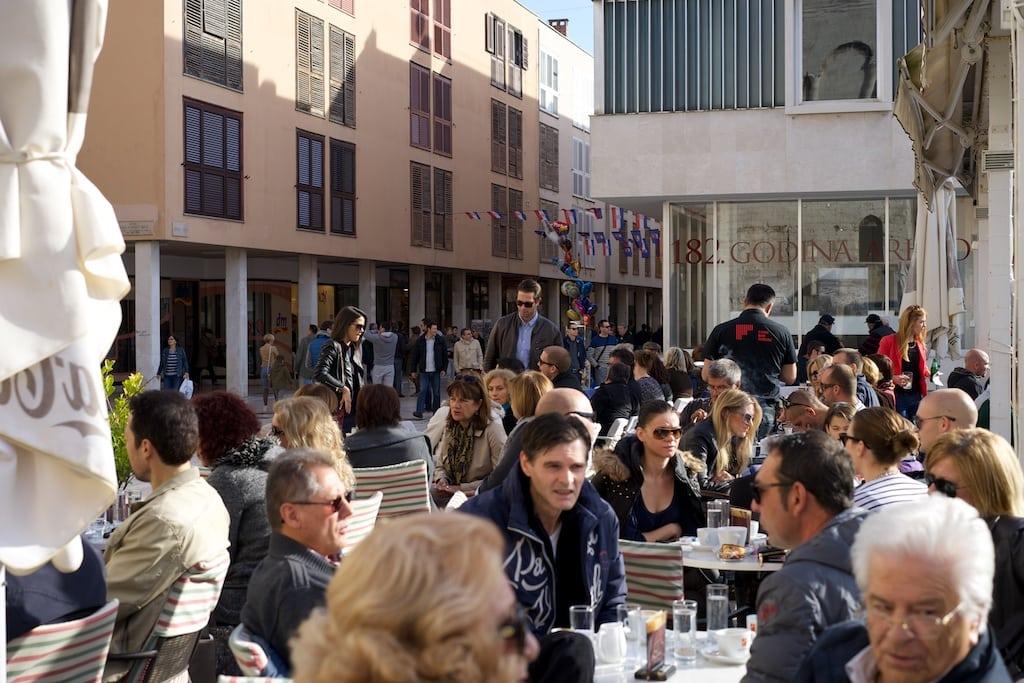 An diesem Herbstsamstag ist es proppenvoll im Café Forum