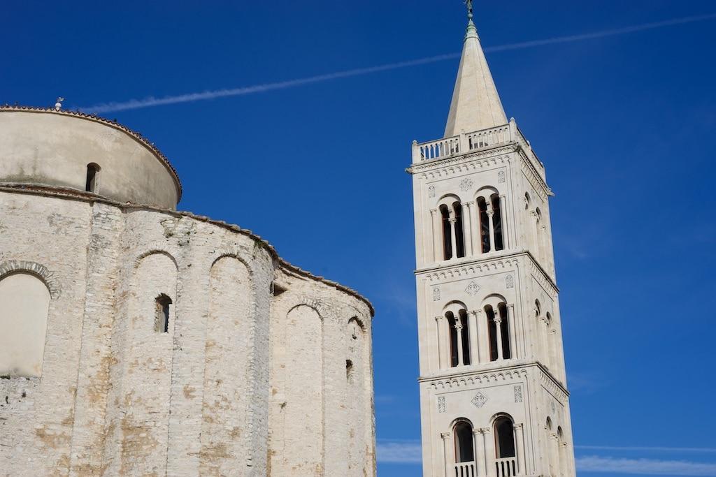 Miteinander verbunden sind die beiden Kirchen St. Donat und die Domkirche St. Anastasia