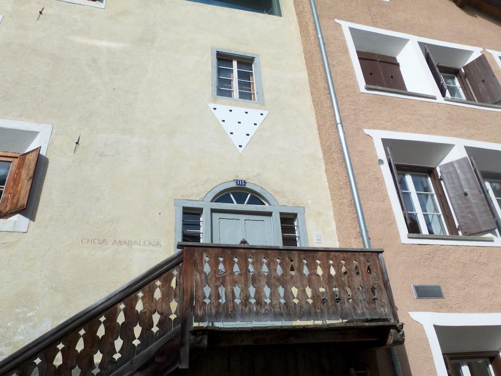 ein Werk von Niele Toroni schmückt den Eingang der Galerie Tschudi