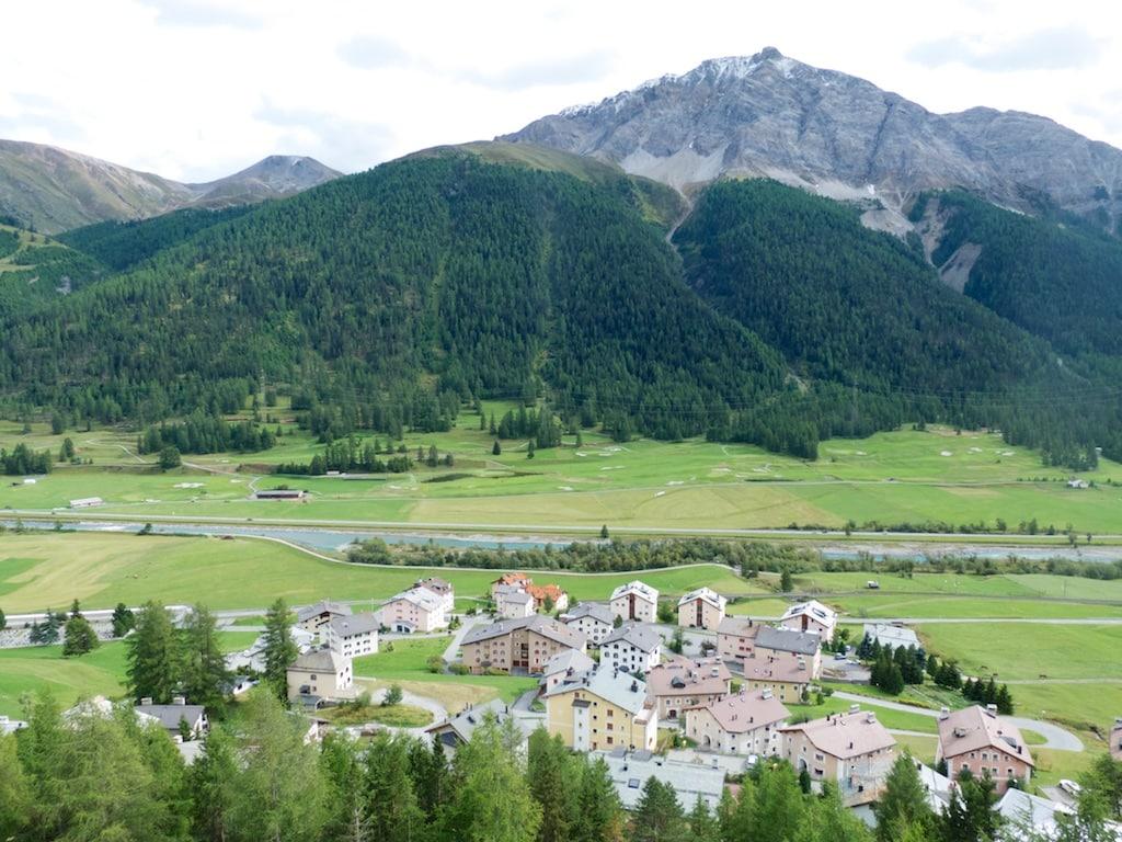 Blick vom Hotel Castell auf Zuoz mit seinem Golfplatz