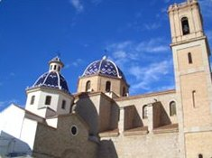 das sind die blauen Kuppeln der Kirche  von Altea.