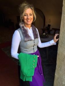 Regina Wienerroither in einem ihrer Winterdirndl mit Fellapplikation.
