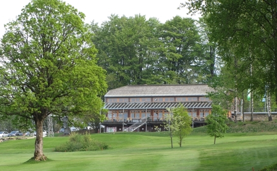 Das Golfhaus fügt sich perfekt in die Landschaft ein.