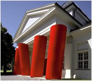 Die schiefen Säulen in rot sind das Markenzeichen der Ostdeutschen Galerie.